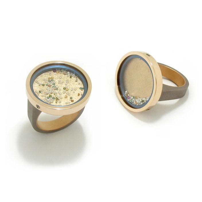 Ring 'Fancy Floating', grijs en lichtblauw titanium, geelgoud, saffierglas, gekleurde diamanten.