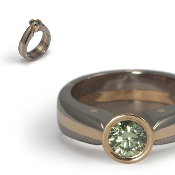 Ring gemaakt van achttien karaat geelgoud en titanium bezet met een 'Pine Green'-gekleurde diamant van 0,60 caraat