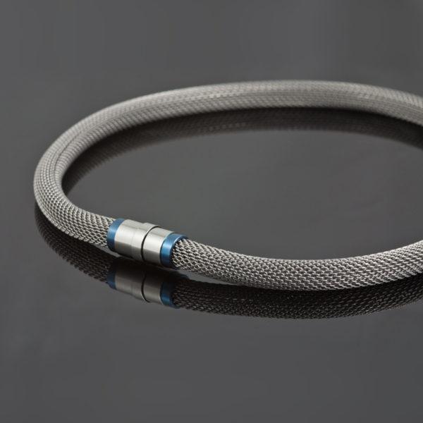 Collier 'Milanetic', 10 mm grijs,  met blauw titanium